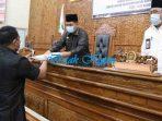 Basti Sangga Langi Serahkan Berkas PU Ke Ketua DPRD Joni
