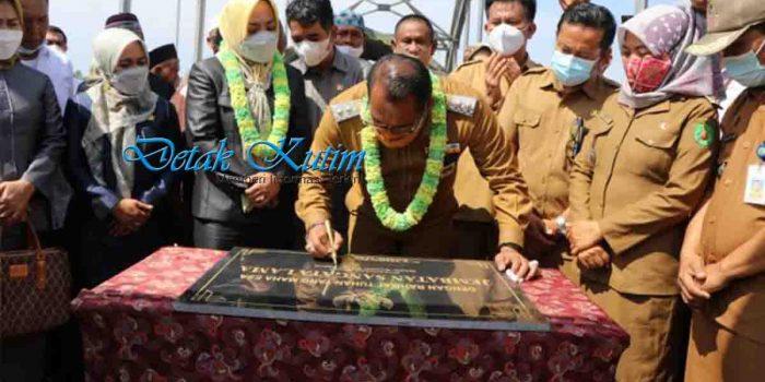 Wakil Ketua 1 DPRD Kutim Dampingi Wakil Bupati Resmikan Jembatan Masabang